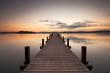 Holzsteg am See zum Sonnenaufgang, ein Sommermorgen