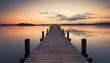 kurz vor Sonnenaufgang am See, alter Holzsteg