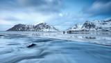 Fototapety Langzeitbelichtung am arktischen Strand auf den Lofoten
