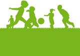 Sylwetki Dzieci bawiące się piłką nożną
