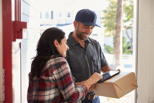 Stampa su Tela Woman Signing For Package From Courier At Home