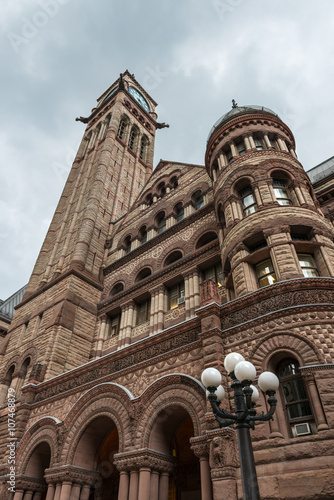 Papiers peints Toronto Old City Hall of Toronto against a cloudy sky