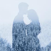 Miłość w zimie, sylwetka para na tle lasu, podwójna ekspozycja