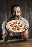 Uomo ci mostra una pizza