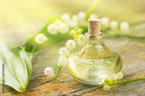 Zdjęcia na płótnie, fototapety, obrazy : Maiglöckchen - Ätherisches Öl - Flasche und Blüten auf Holz