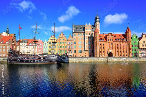 miasto-gdansk,-zdjecie-od-rzeki,-polska