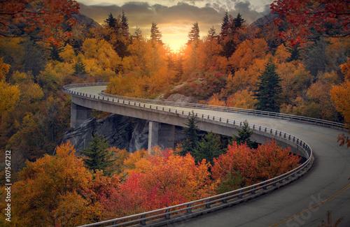 Zdjęcia na płótnie, fototapety na wymiar, obrazy na ścianę : Curvy autumn road