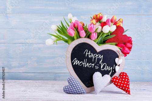 Zdjęcia na płótnie, fototapety, obrazy : Happy Mothers Day - Blumenstrauß mit Tafel und Stoffherzen vor Holzhintergrund