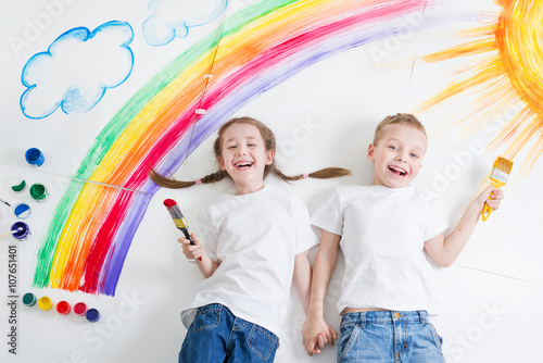Fotografiet kids painting rainbow