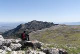 Senderista en la cima de sierra cabrilla puerta del parque natural de la sierra de las Nieves, Málaga