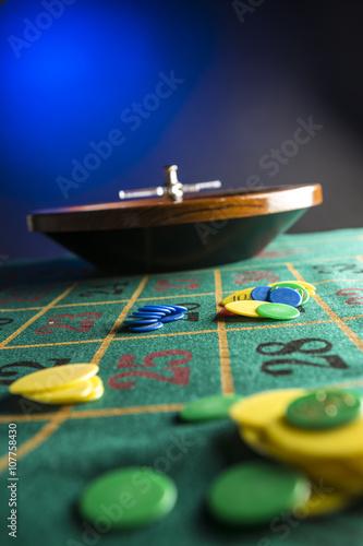 Tavolo Da Gioco Verde Con Fiche E Roulette Su Sfondo Blu Buy