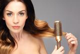 Okrągła szczotka,unoszenie włosów u nasady. Długie zdrowe i lśniące włosy, długie kobiece włosy.