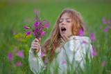 child sneezing allergic to flower pollen