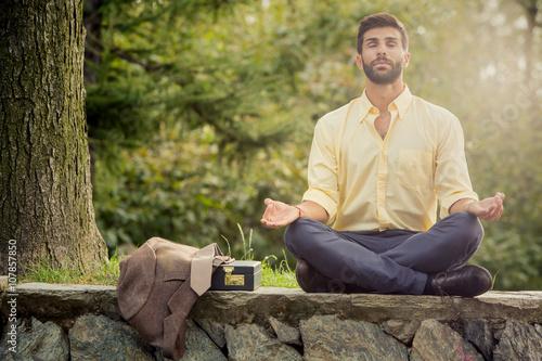 Obraz na płótnie Młoda pozycji jogi biznesmen relaks w przyrodzie zewnątrz