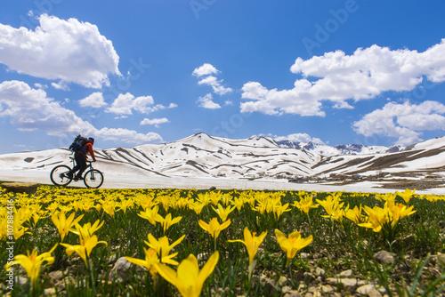 Poszter sıradışı mekanlarda bisikletle keşif gezisi