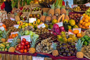 Obststand mit exotischen Früchten auf dem Viktualienmarkt in München
