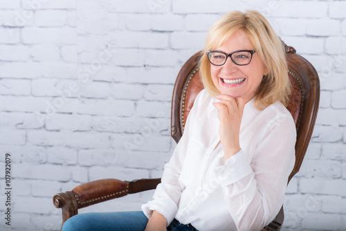 Poster lachende, fröhliche seniorin