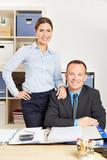 Zwei Mitarbeiter in Firma im Büro