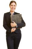 Geschäftsfrau hält Akten im Arm