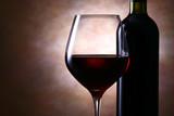 ワインボトルと赤ワイン