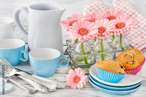 Muffins und blumen tisch geschirr und dekoration - Dekoration muffins ...