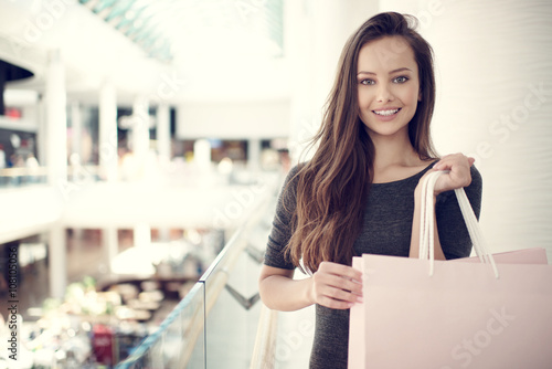 mata magnetyczna Beautiful woman with shopping bags in big mall.