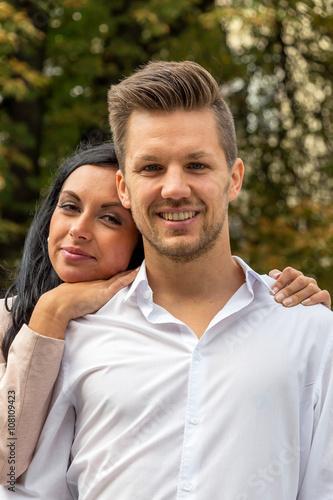 Verliebtes Paar in einem Park © Gina Sanders