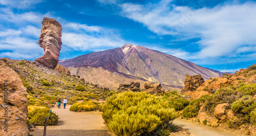 Fotobehang Canarische Eilanden Pico del Teide with famous Roque Cinchado rock formation, Tenerife, Canary Islands, Spain