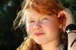 Portrait Teenager mit roten Haaren und Sommersprossen