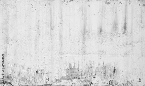 Grungy white concrete wall with traces of plaster - 108265001