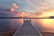 Langzeitbelichtung am Ufer des Sees, Sonnenuntergang