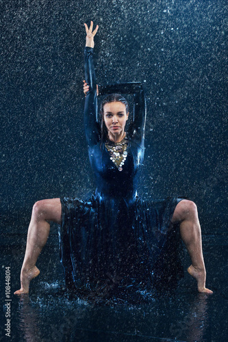Obraz na Szkle The young beautiful modern dancer dancing under water drops