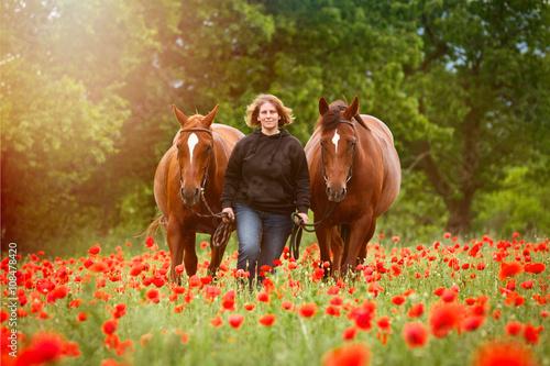 Frau mit Pferden im Mohn © Nadine Haase