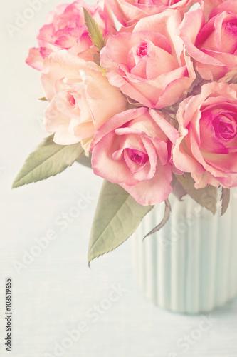 Foto op Canvas Madeliefjes Pink roses in a vase