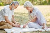 Paar Senioren spielt Brettspiel Mühle