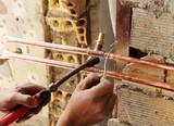 Fontanero soldando las cañerías de cobre