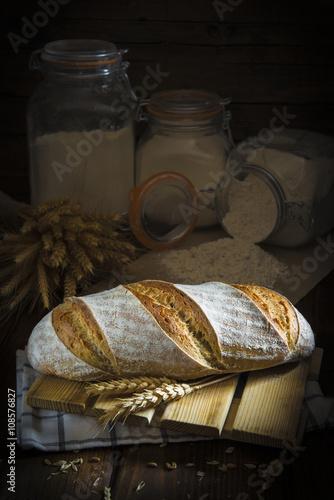 Keuken foto achterwand Paardebloemen en water Pan de masa madre natural hecho a mano por un panadero tradicional decorado con espigas de trigo y centeno