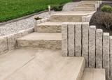 Vorgarten mit zweiläufiger Außentreppe als Winkeltrppe mit Viertelpodest aus Sandstein und Palisaden aus Granit