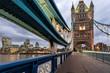 Sicht von der Tower Bridge in London auf die City am Abend