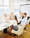 Business Team arbeitet im Konferenzraum