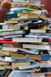 Bücher als Buchstapel. Chaos in der Bibliothek. Durcheinander und Unordnung in der Bildung.