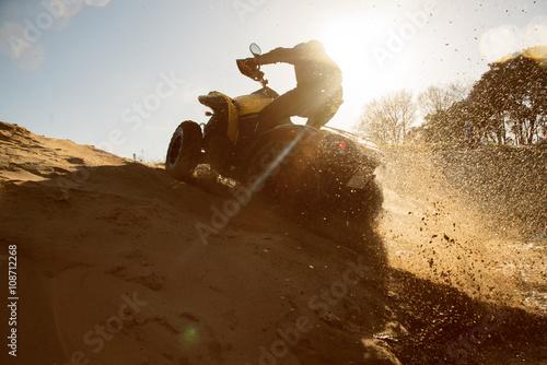 obraz lub plakat Quad fährt im Sand