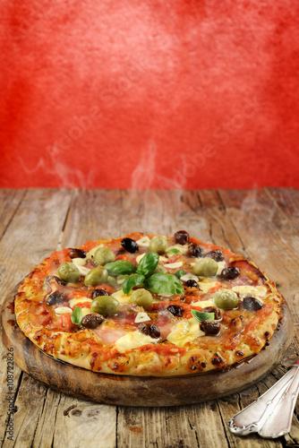 Fotobehang Pizzeria pizza alle olive pancetta e aglio - fumante