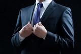ビジネスマン、ネクタイを締める