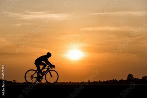 Poster Silhouette of cycling on sunset background