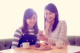 女子会、ドーナツ、コーヒー、携帯電話、スマートフォン