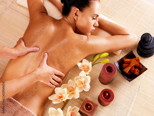 Obraz na Szkle Masseur doing massage on woman back in spa salon