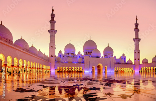 Fotobehang Abu Dhabi Sheikh Zayed Grand Mosque at dusk in Abu Dhabi, UAE