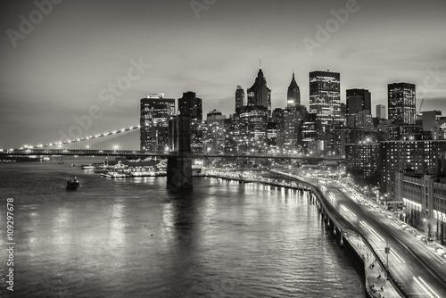 dlugi-ujawnienie-most-brooklynski-i-w-centrum-manhattan-w-miasto-nowy-jork-w-czarny-i-bialy