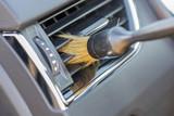 Limpiando rejillas del aire de un coche. - 109326229